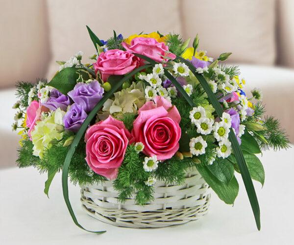 Composizione in cestino con fiori di stagione